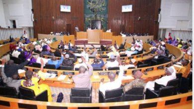 "Photo of البرلمان السنغالي : يصادق على تعديل قانون الطوارئ .. والبرلمانية ""مام جارا"" تصرخ في وجه وزير الداخلية"